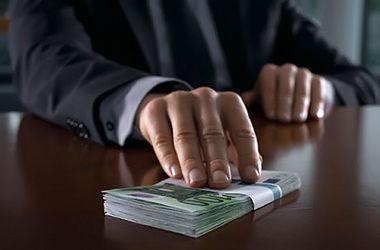 Украинских чиновников хотят проверять на склонность брать взятки
