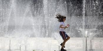 Медики розповіли правила, які допоможуть пережити літню спеку в місті