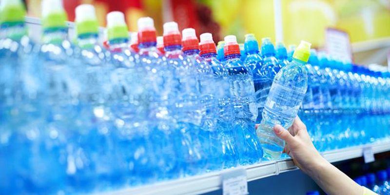 Безпечно пити воду з пластикових пляшок: пояснення експерта (Відео)