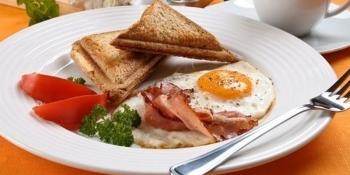 Диетологи рассказали, что плотный завтрак способствует похудению