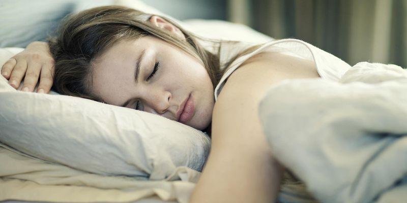 Определена самая опасная поза во время сна