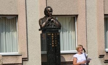 Во Львовской области установили памятник Богдану Ступке