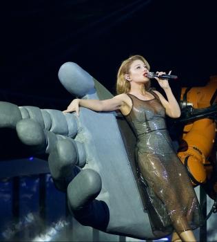 Тина Кароль вышла на сцену в сексуальном прозрачном платье (Фото)