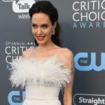 [:ru]Какая веселая! В сеть попал снимок Анджелины Джоли со съемок «Мелефисенты-2»[:uk]Яка весела! У мережу потрапив знімок Анджеліни Джолі зі зйомок «Мелефисенты-2»[:]