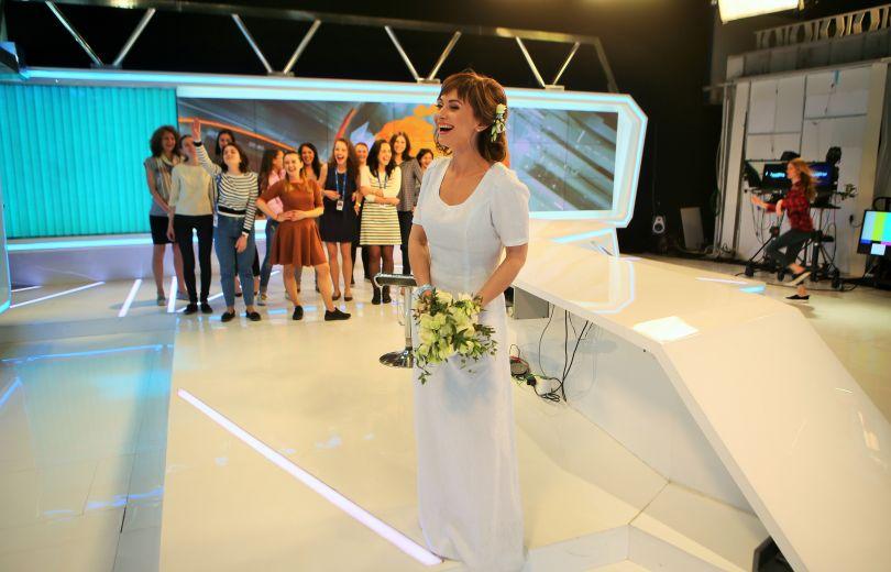 Из ЗАГСа в офис: Анна Панова бросила свадебный букет прямо на работе