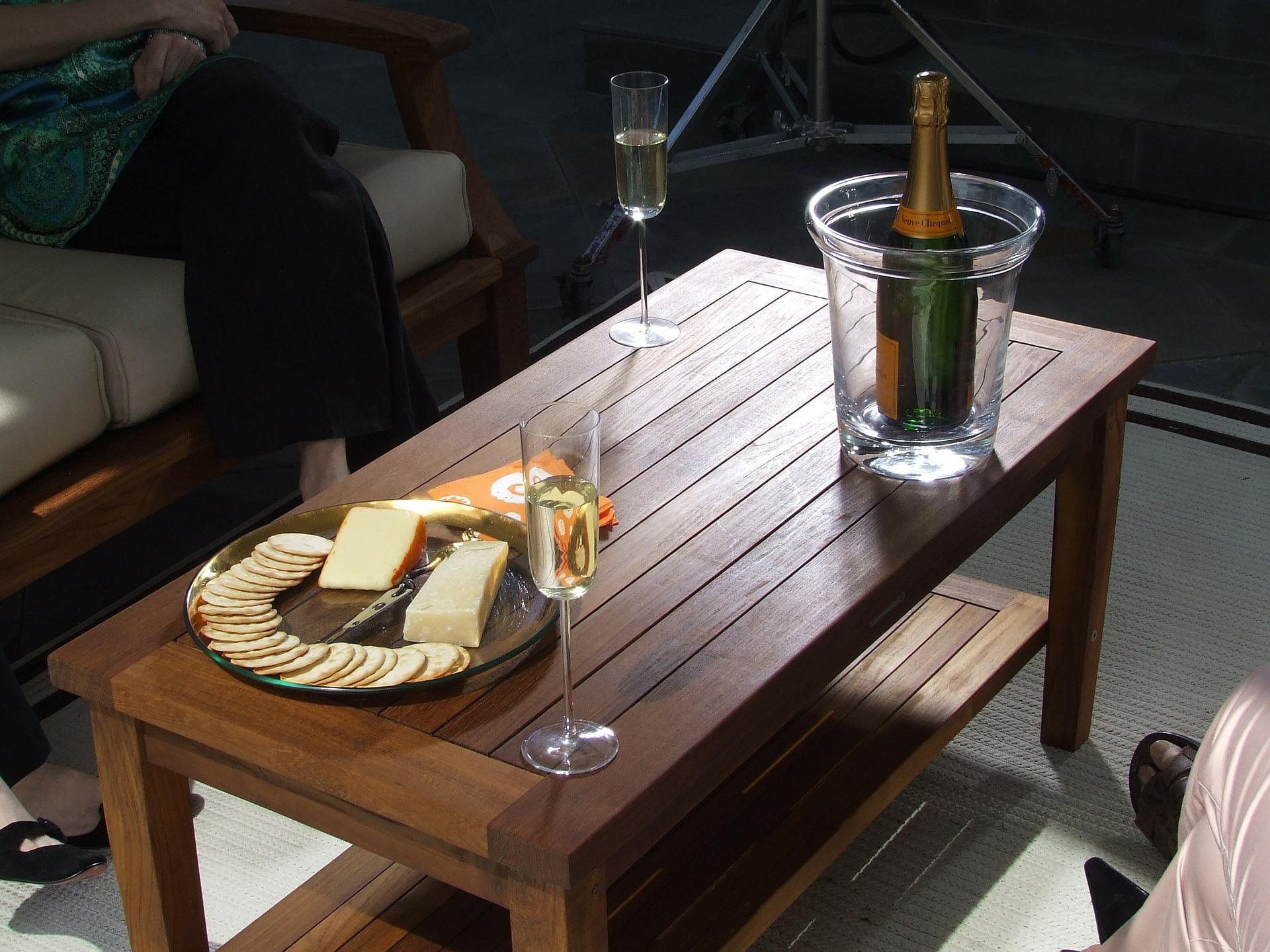Журнальный столик – современное изобретение или исторический атрибут мебели