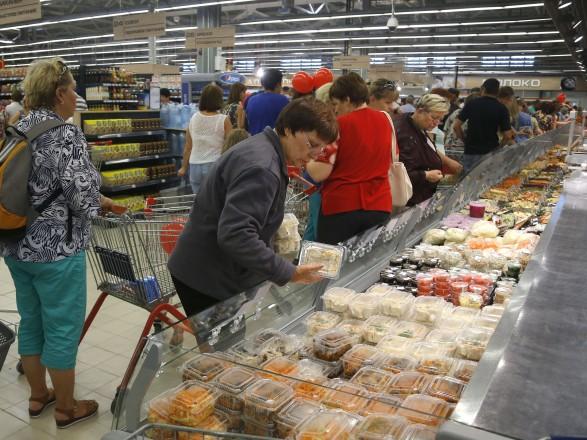 Більше половини грошей українці витрачають на харчування