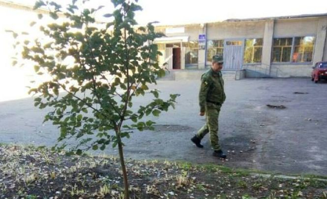 У Лисичанську на територію школи впав уламок ракети від ЗРК Оса