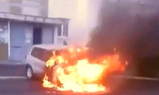 В одном из дворов Киева сгорел Volkswagen Tiguan, возможно поджог - видео