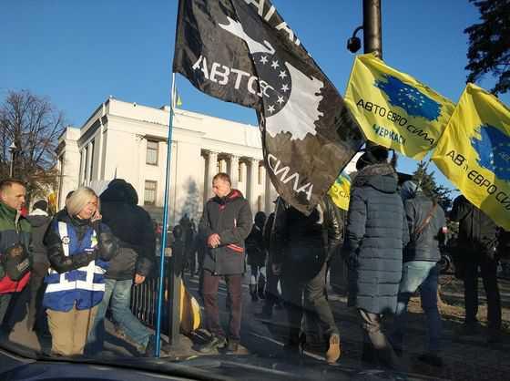 Автомобілі на єврономерах заблокували центр Києва: місто зупинився у заторах