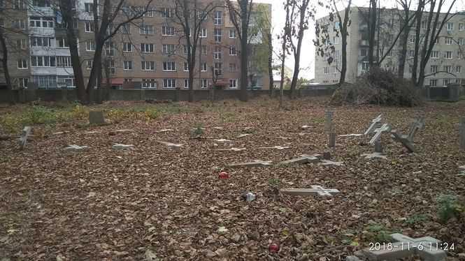 У Коломиї повалили хрести на польському цвинтарі, активістка каже про провокації