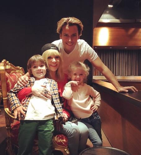 Максим Галкин показал, как катается на санках с маленькими Лизой и Гарри