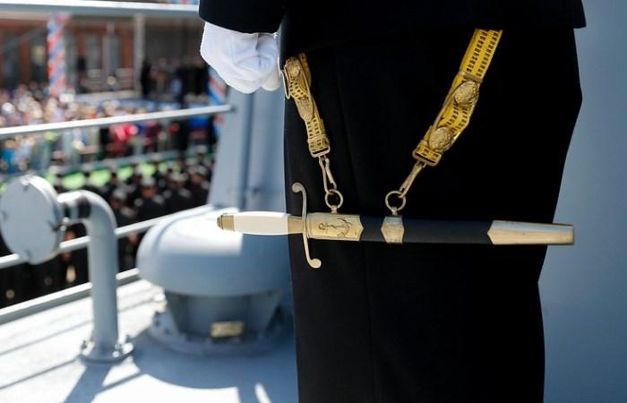 Чому моряки носять саме кортики, а не щось більш «значне»