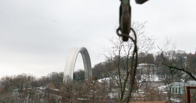 У Києві почали будувати пішохідний міст через Володимирський узвіз