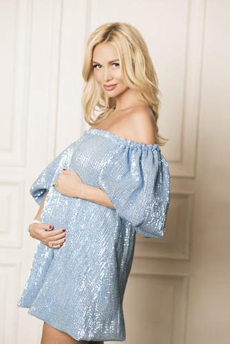 Фото беременной и счастливой Лопыревой с неизвестным мужчиной заинтриговали общественность
