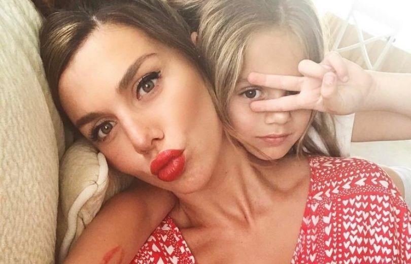 Она обо мне так заботится: Анна Седокова впервые за долгое время встретилась с дочкой Моникой