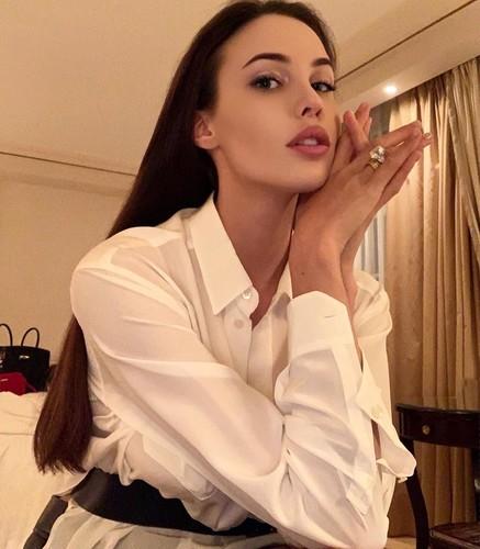 Плечи борца и осиная талия: пользователи Сети упрекают Анастасию Решетову за странный фотошоп