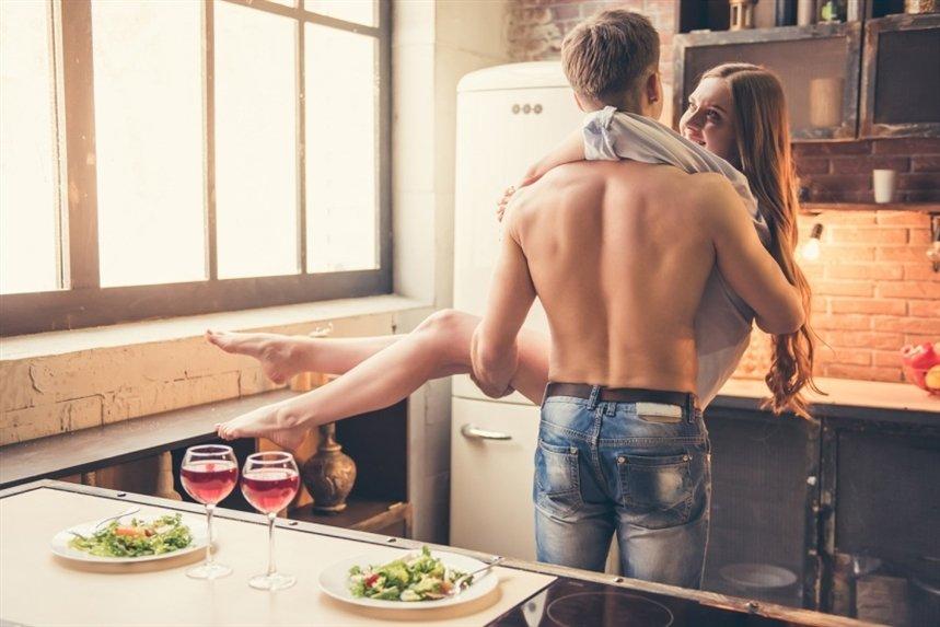 Двое на кухонном столе бабу в синем нижнем белье