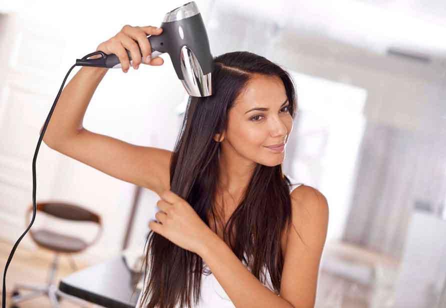 девушка-сушит-волос-феном